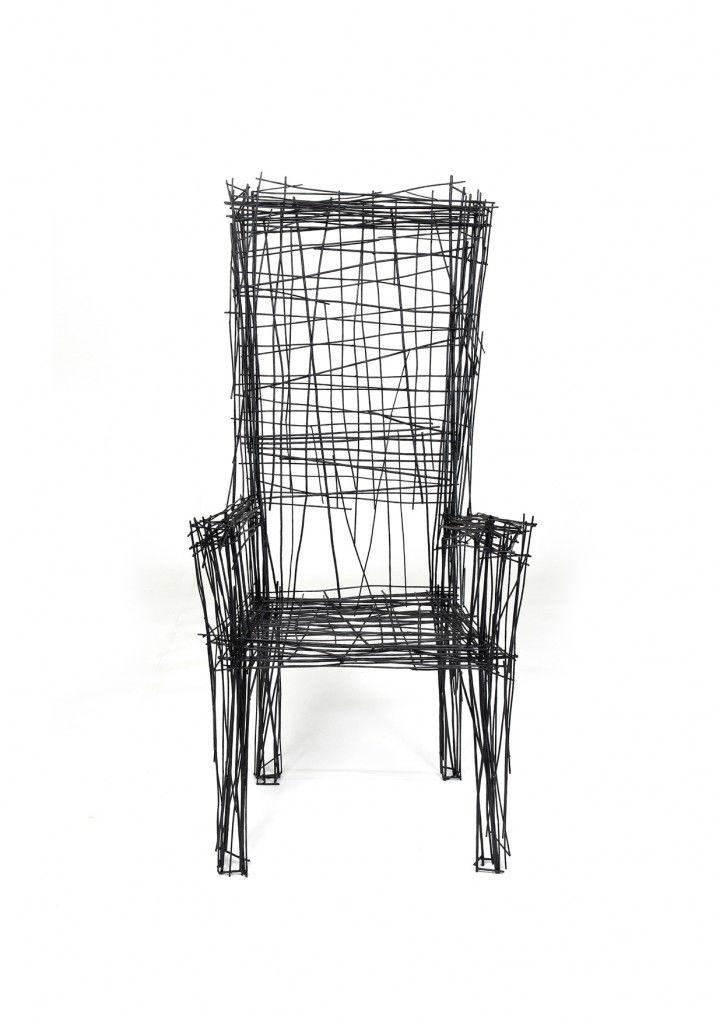 韩国设计师的设计给人更粗糙的素描印象,两把椅子,两个灯和一个桌子